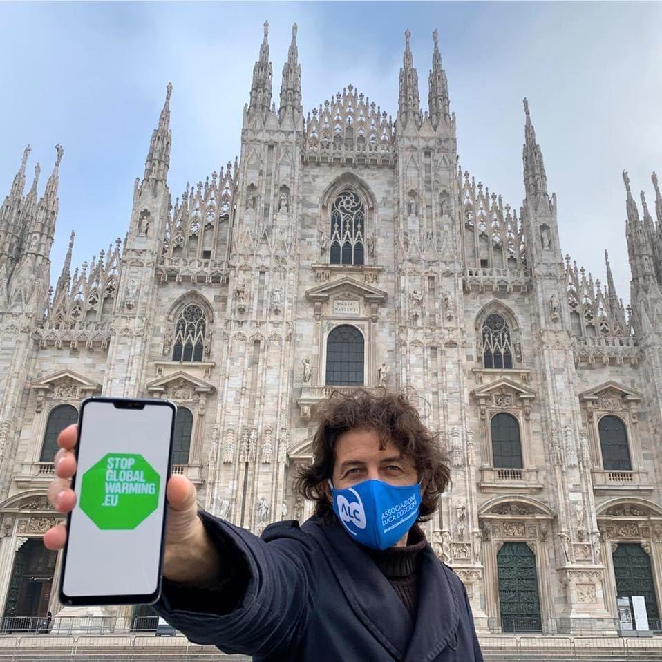 Foto di Cappato in piazza Montecitorio @MarcoCappato